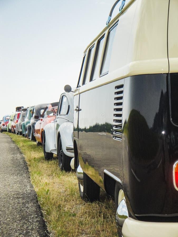 Unterschiedlicher alter Volkswagen in Folge neben der Straße lizenzfreies stockfoto