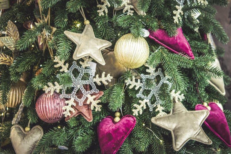Unterschiedlicher dekorativer Weihnachten-Baum spielt Nahaufnahme, Dekorationen für Weihnachten stockbilder