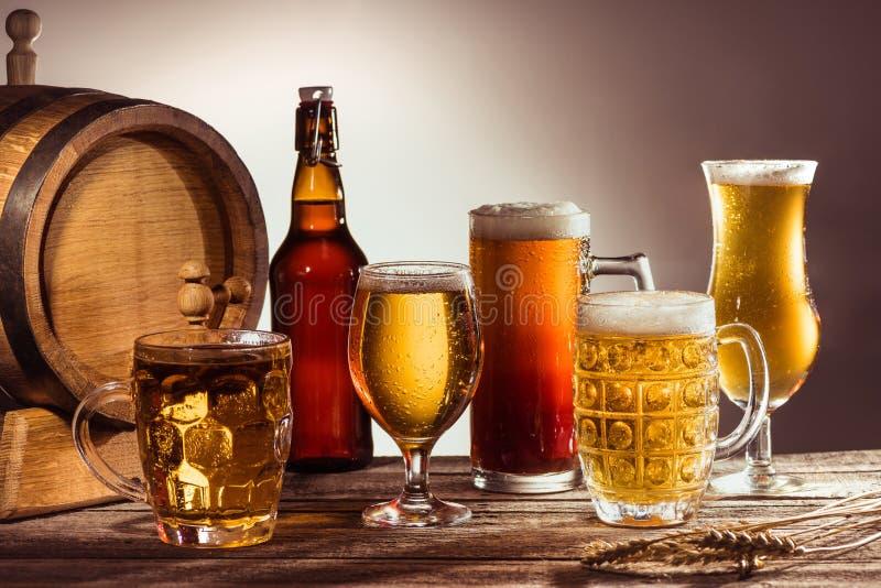 Unterschiedliches Bier in den Gläsern lizenzfreie stockfotografie