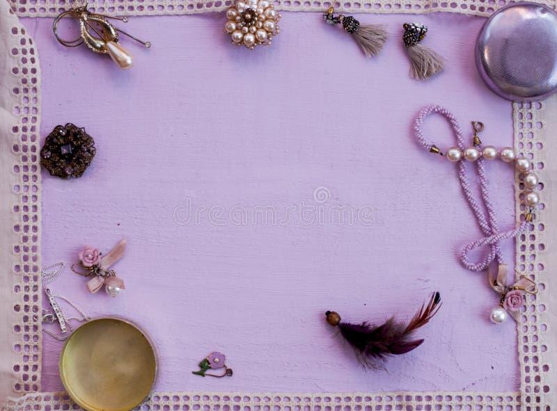 Unterschiedliches bijouterie mit Spitze gestaltet rosa Hintergrund stockfoto