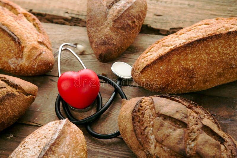 Unterschiedliches Brot des Loses auf Holztisch stockbilder
