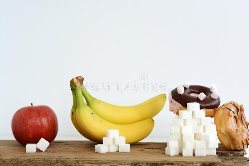 Unterschiedliches Niveau des Zuckers im Lebensmittel, Essgewohnheitskonzept stockbild