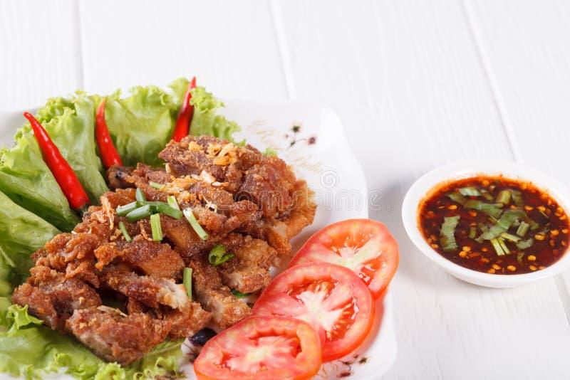 Unterschiedliches Schweinefleisch briet mit würzigem Dip, thailändisches Lebensmittel lizenzfreies stockfoto