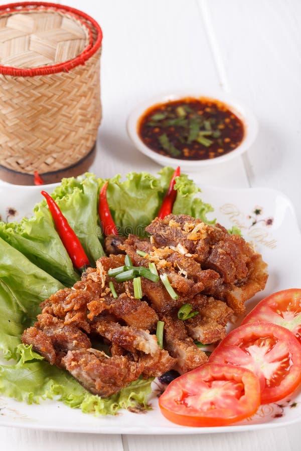 Unterschiedliches Schweinefleisch briet mit würzigem Dip, thailändisches Lebensmittel stockfotografie