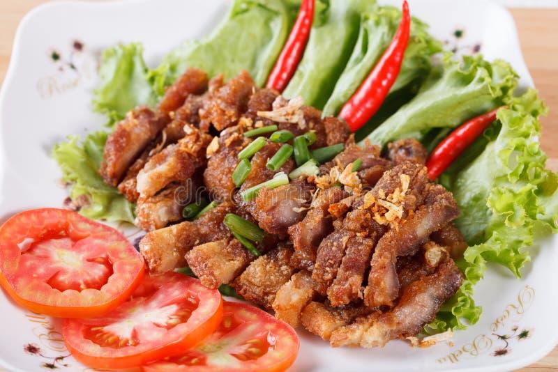 Unterschiedliches Schweinefleisch briet mit würzigem Dip, thailändisches Lebensmittel stockfotos