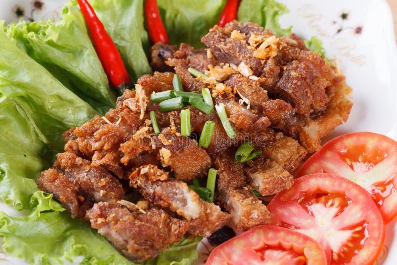 Unterschiedliches Schweinefleisch briet mit würzigem Dip, thailändisches Lebensmittel lizenzfreie stockbilder