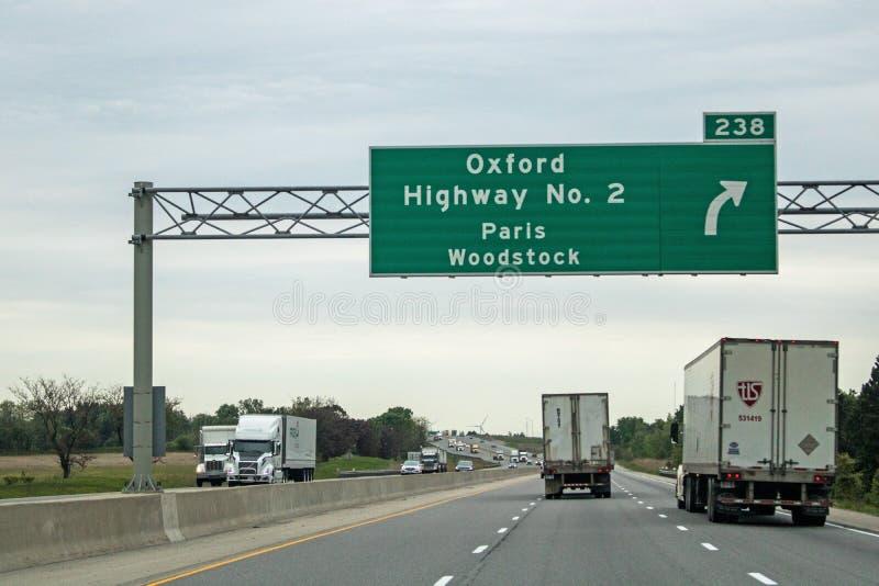 Unterschreiben Sie auf der Autobahn 401 für Paris und Holzausgang stockfotos