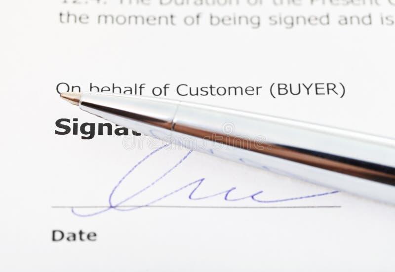 Unterschrift des Kaufvertrag- und Silberstiftes lizenzfreie stockfotografie