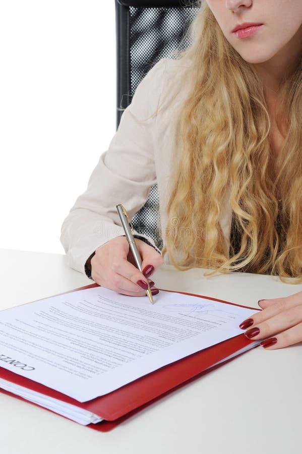 Unterschrift des Vertrages stockbild