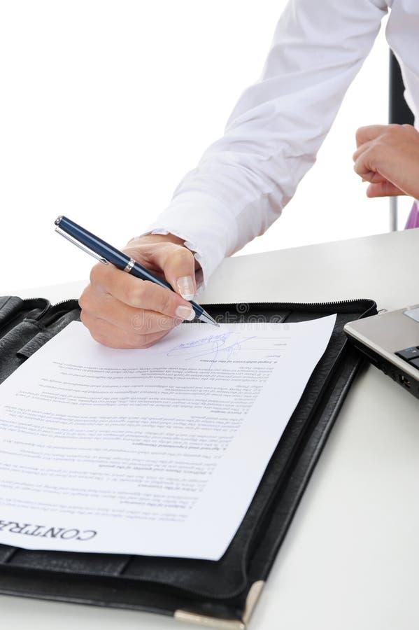 Unterschrift des Vertrages stockbilder