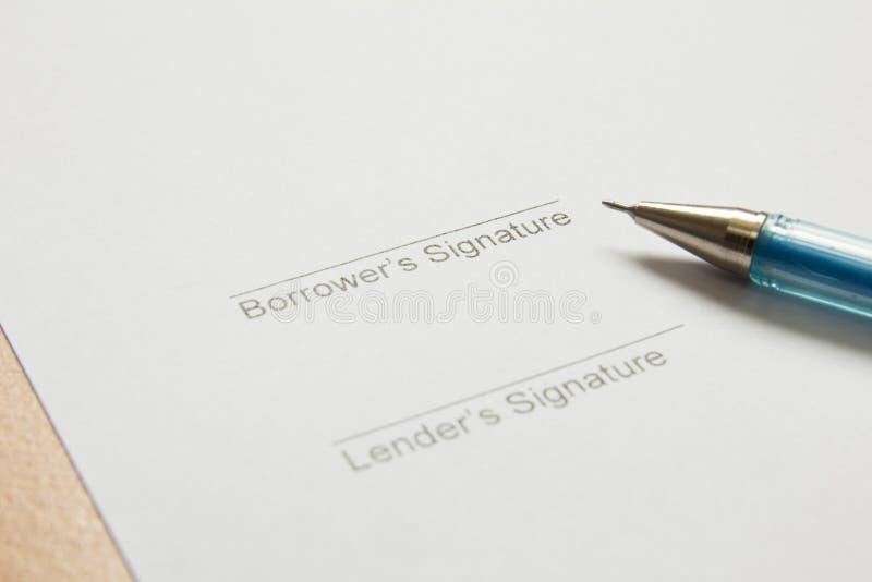 Unterschrift, die im Geldnehmerteil unterzeichnet stockfoto
