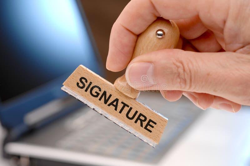 Unterschrift gedruckt auf Stempel lizenzfreie stockbilder