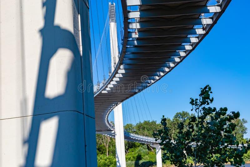 Unterseite der Bob Kerrey-Fußbrücke bei Omaha Nebraska lizenzfreie stockfotos