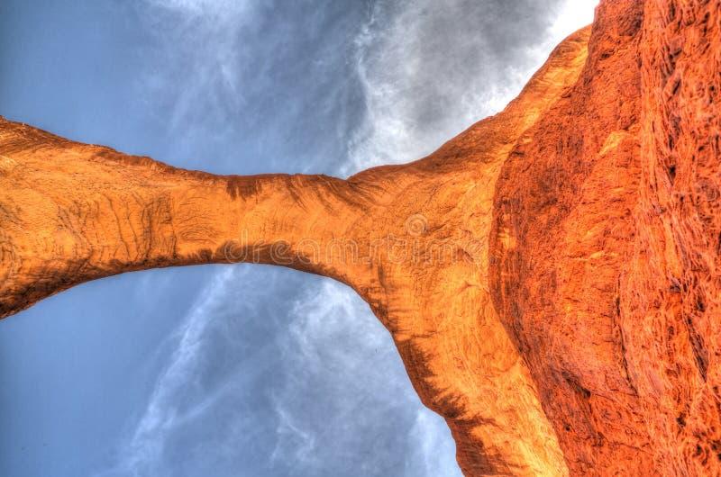 Unterseite herauf Ansicht Zusammenfassungs-Felsformation an Bogen Hochebene Ennedi alias Aloba in Tschad stockbild