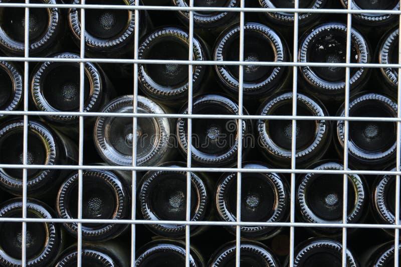 Unterseiten von aufbereiteten Weinflaschen stockbild