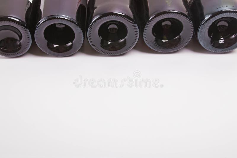 Unterseiten von den Weinflaschen, die auf dem weißen Hintergrund liegen stockbilder