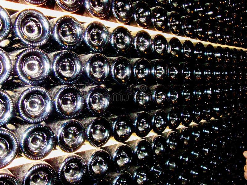 Unterseiten von Flaschen im Keller der Weinkellerei lizenzfreies stockfoto