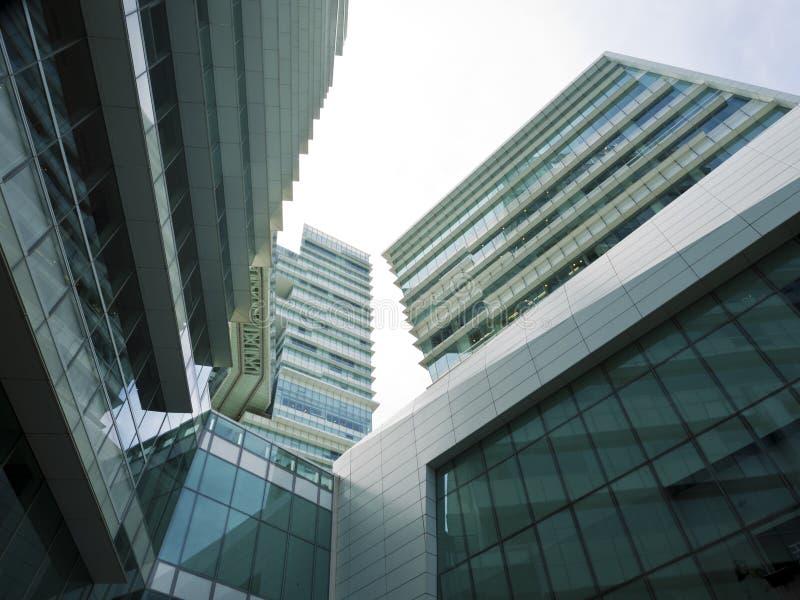 Unterseitenansicht von hohen Aufstiegsgebäudewolkenkratzern, Geschäft concep lizenzfreies stockfoto