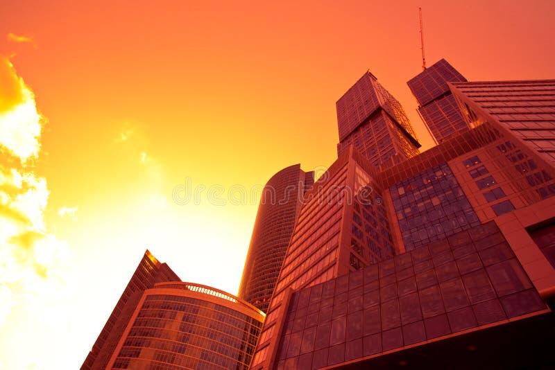 Unterseitenansicht zum neuen Geschäftszentrum am Sonnenuntergang lizenzfreies stockfoto