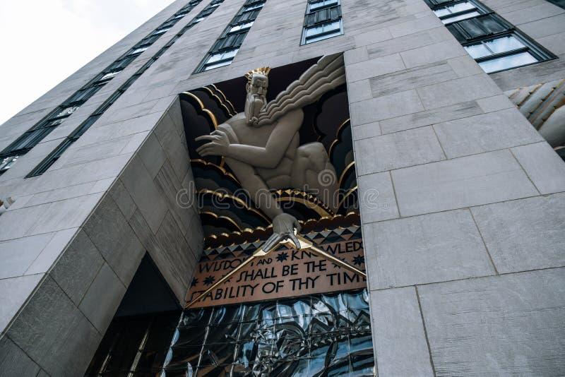 Unterseitenperspektivenansicht zu Außen-Art Deco-Details des Rockefeller Center-Gebäudes in Midtown Manhattan lizenzfreies stockfoto