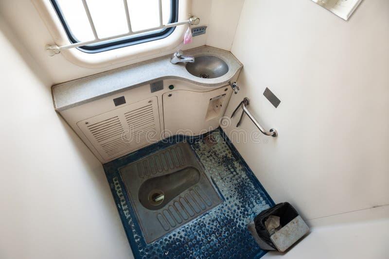 Untersetzte Toilette an Bord eines Chinesenachtlagerschwellenzugs stockfotos