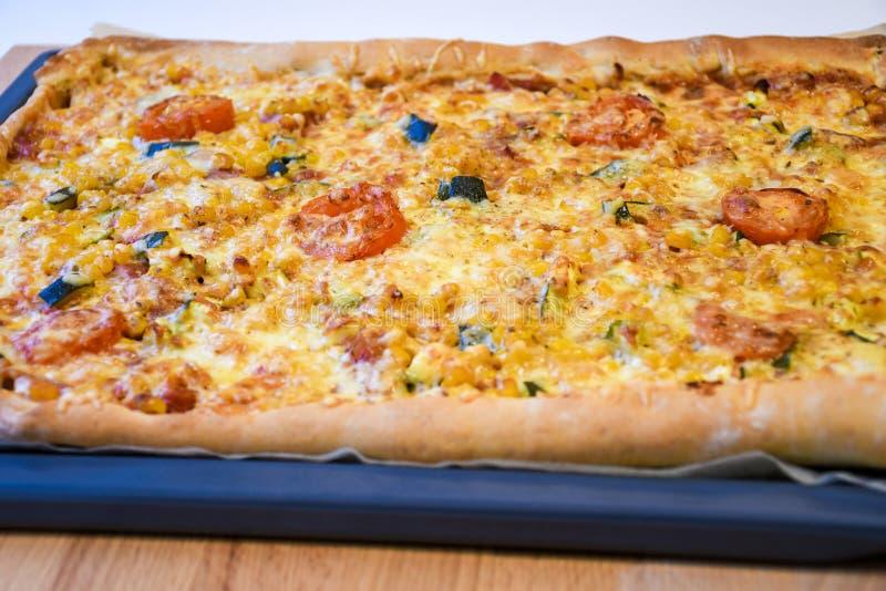 Unterstützte frisch köstliche knusprige selbst gemachte Pizza lizenzfreie stockfotografie