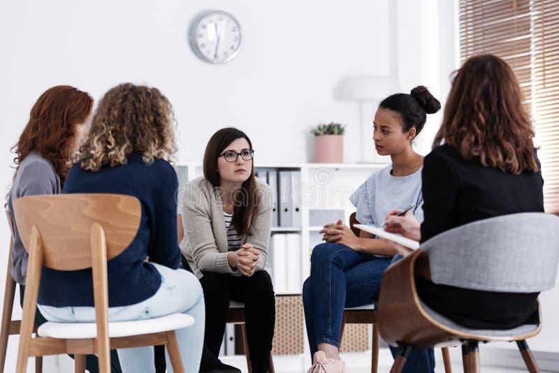 Unterstützung während der Psychotherapiegruppensitzung lizenzfreies stockfoto
