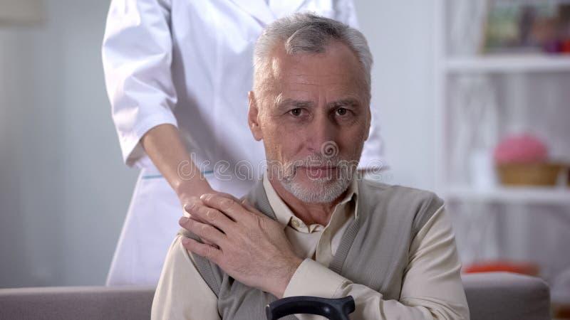 Unterstützungspensionär der netten weiblichen Krankenschwester, Qualitätsservice im Haus für ältere Personen stockfoto