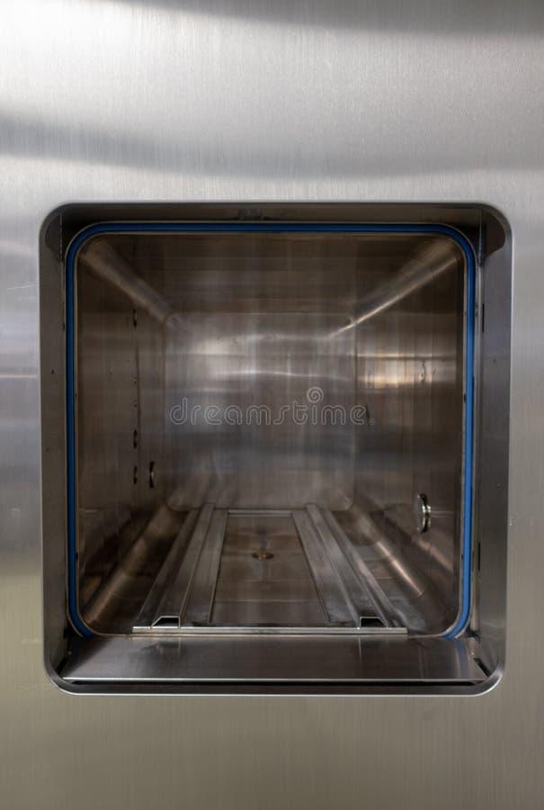 Untersuchen Sie einen offenen Sterilisator stockbild