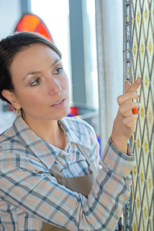 Untersuchung eines Glasdesigns stockfotografie