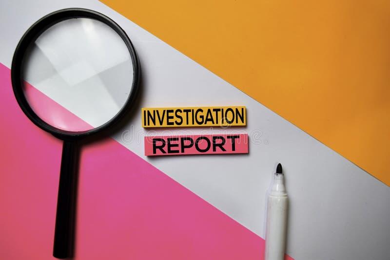 Untersuchungs-Berichtstext auf klebrigen Anmerkungen mit Farbschreibtischkonzept stockbild