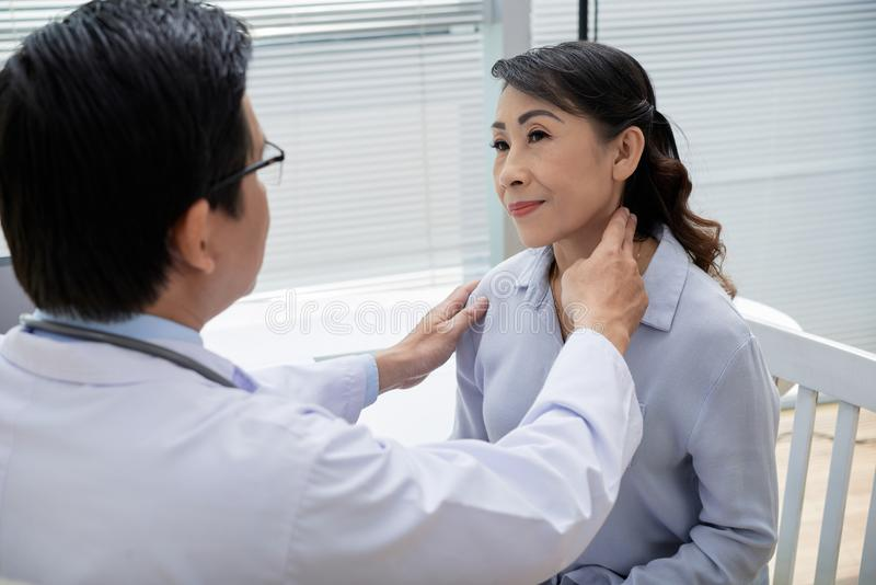 Untersuchungsdrüsen des älteren Patienten lizenzfreie stockbilder