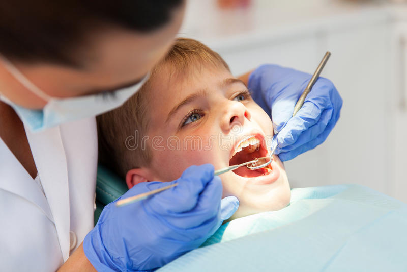 Untersuchungsjungenzähne des Zahnarztes stockfoto