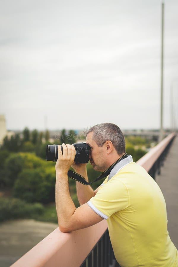 Untersuchungslandschaft des Berufsfotografen und nehmen Bilder von Umwelt stockfotos