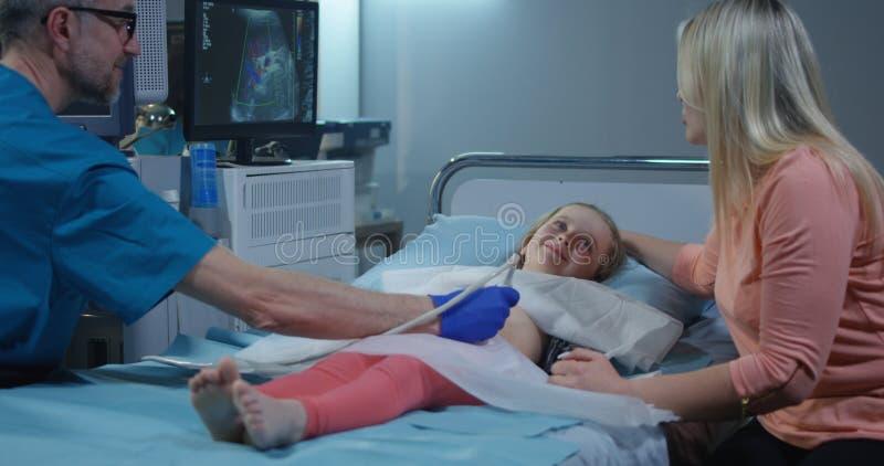 Untersuchungsm?dchen Doktors mit Ultraschall stockfotografie