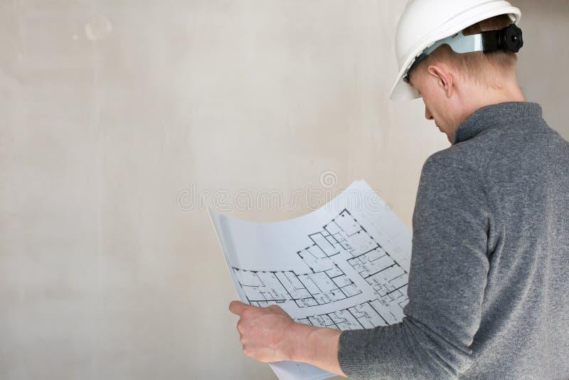 Untersuchungspläne eines Ingenieurs auf einem Bau stockfotos