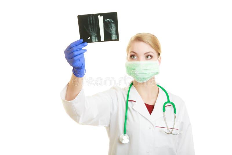 Untersuchungsröntgenstrahlbilder der Ärztin stockbild