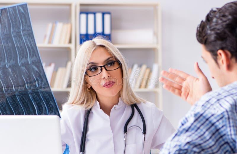 Untersuchungsr?ntgenstrahlbilder Doktors des Patienten stockfotos
