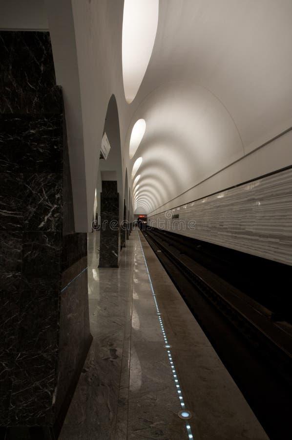 Untertage-, hintergrundbeleuchtete Wände stockfoto