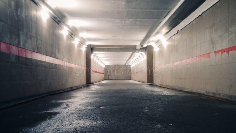 Untertagefußgängerbahn mit Lichtern an stockbild