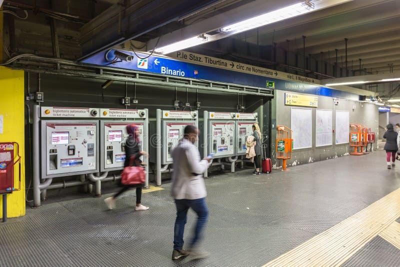 Untertagemetrokartenmaschinen in Rom, Italien stockfoto