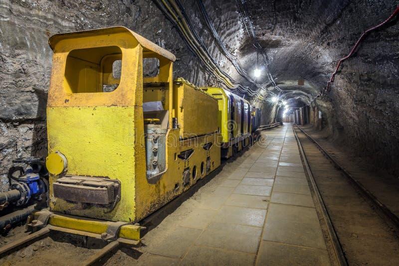 Untertagezug des gelben Passagiers in einem Bergwerk lizenzfreie stockfotos