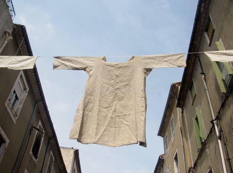 Unterwäschenhemd, das an einer Wäscheleine hängt lizenzfreie stockfotografie