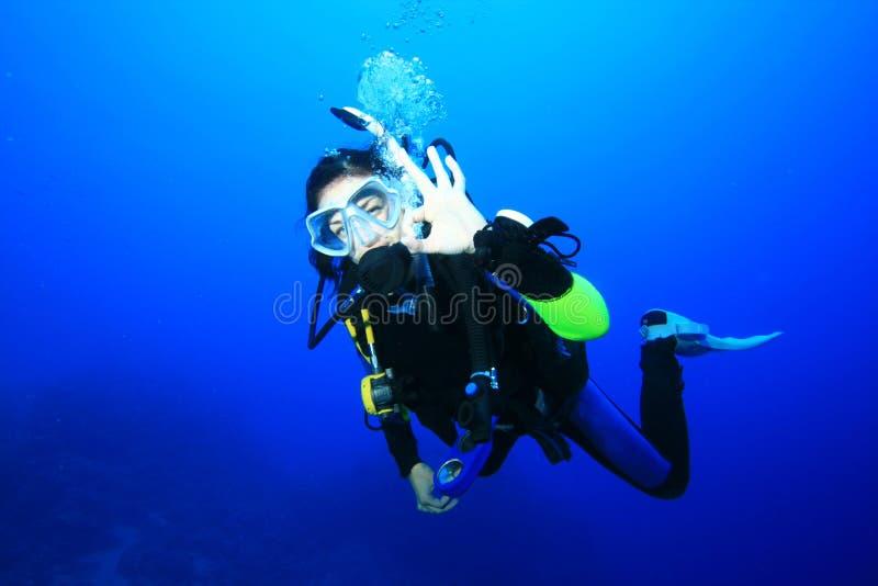 Unterwasseratemgerät-Taucher stockfoto