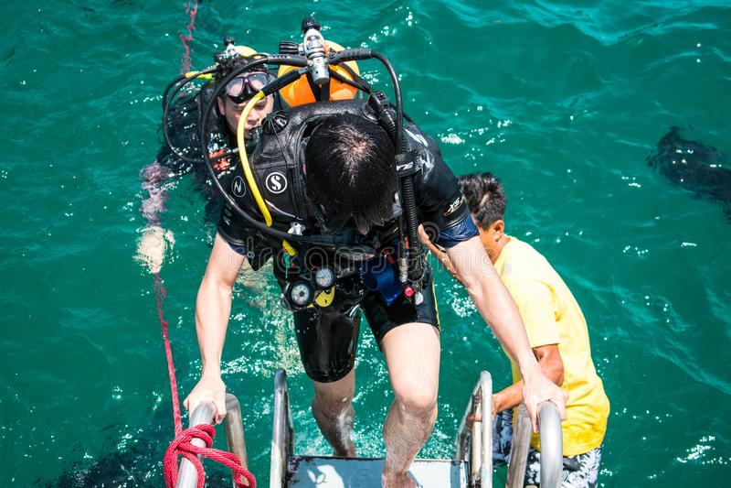 Unterwasseratemger?tfahrer bilden f?r das Fahren Unterwasser in Samaesarn-Insel aus stockbilder
