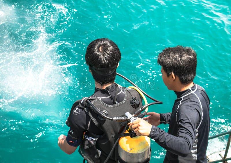 Unterwasseratemger?tfahrer, der sich vorbereitet, in Meer f?r das Unterwasseratemger?t zu springen f?hrt Pr?fung in Samaesarn-Ins stockfoto