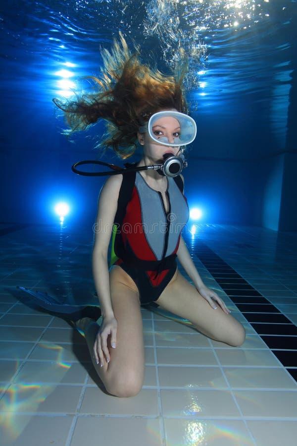 Unterwasseratemgerätfrau lizenzfreie stockbilder