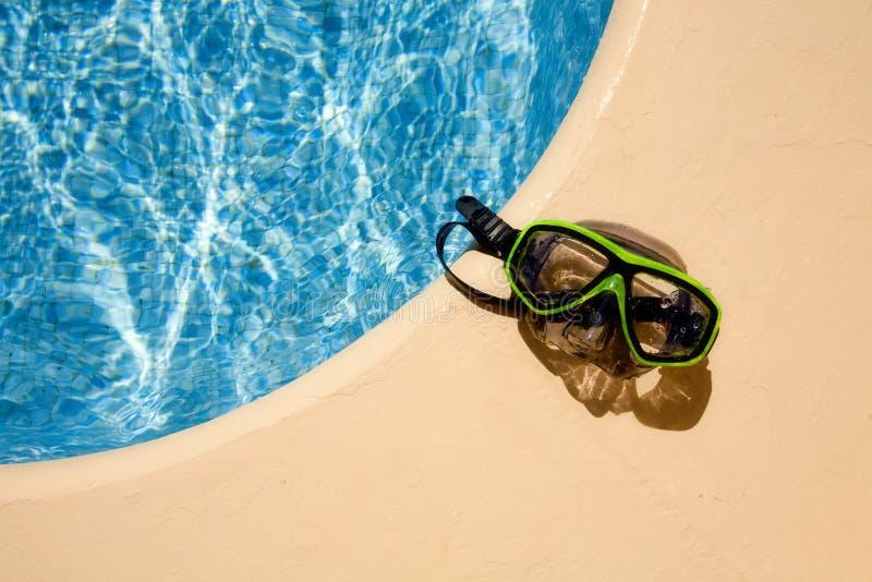 Unterwasseratemgerätschablone am Poolside stockbilder