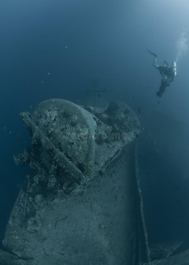 Unterwasseratemgerättaucher, die Schiffswrack SS Thistlegorm erforschen stockfotografie