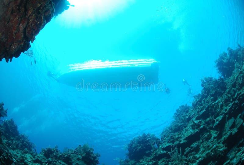Unterwasseratemgerättaucher und Tauchensboot stockfotografie